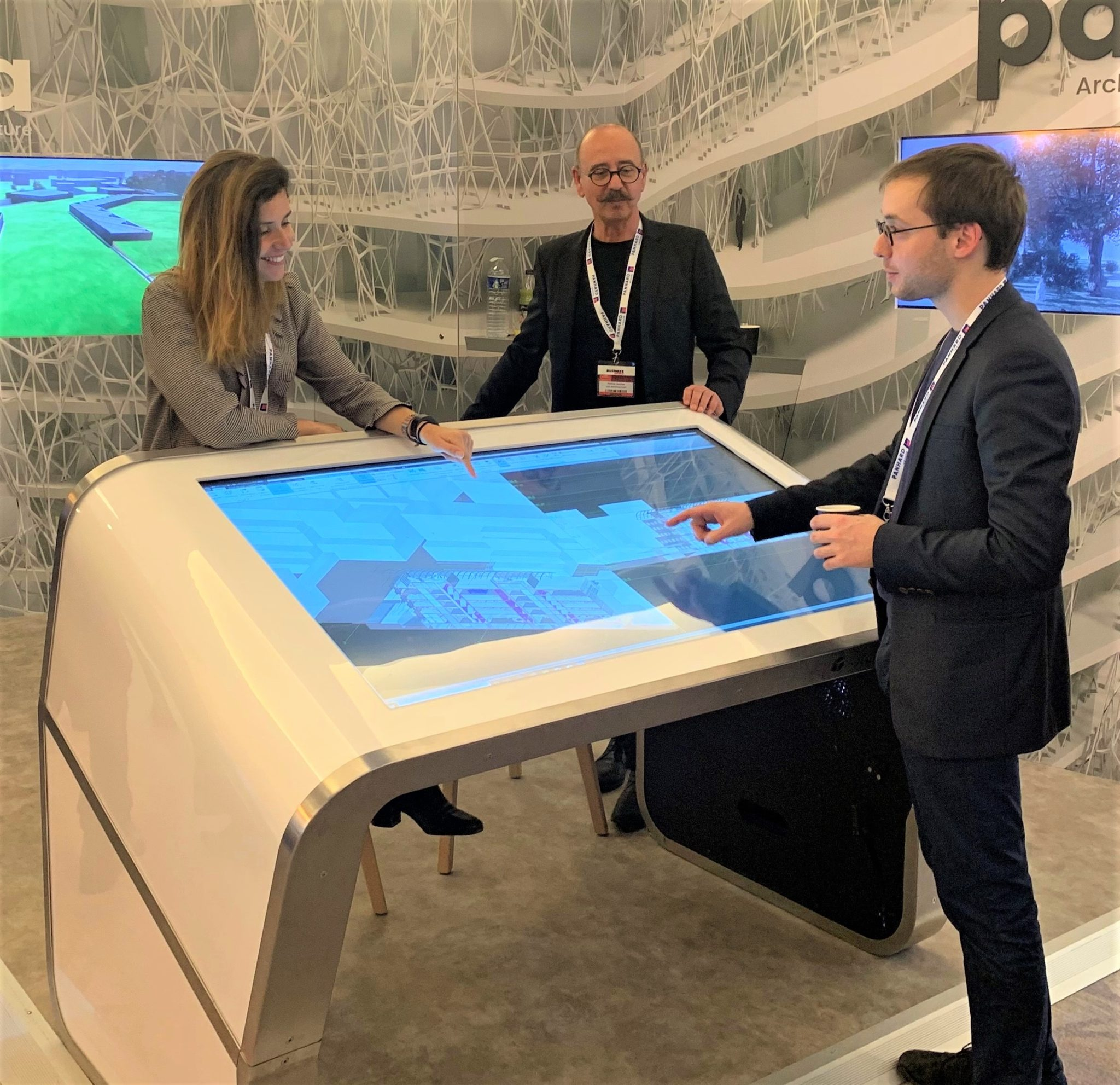 Une table tactile interactive Modèle E incliné au SIMI 2019