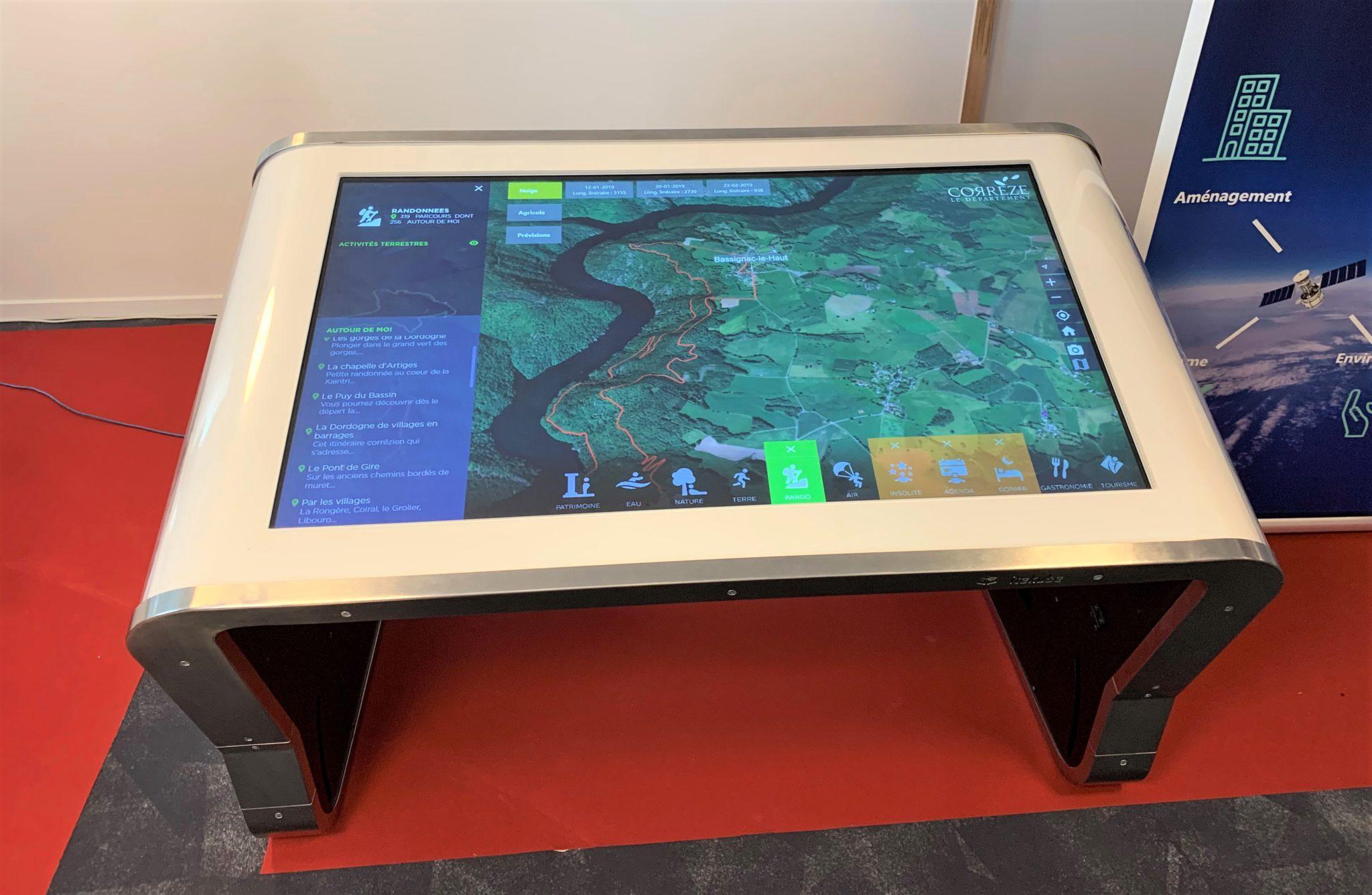 Une table tactile interactive Modèle E incliné au Cap d'Agde